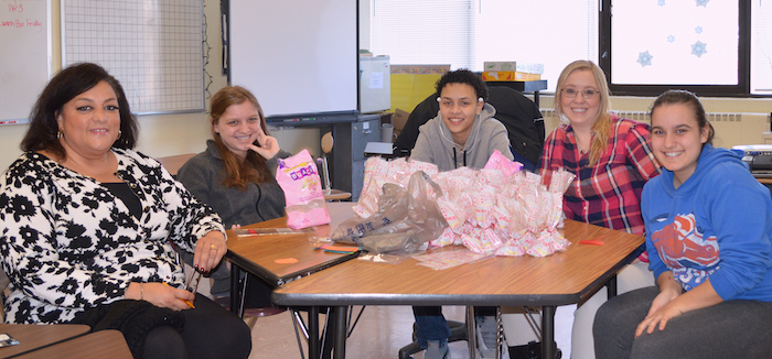 [PIC] AHS Students Make Valentine's Day Special for Seniors